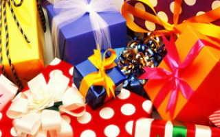 Поздравить женщину за небольшим столом с подарками